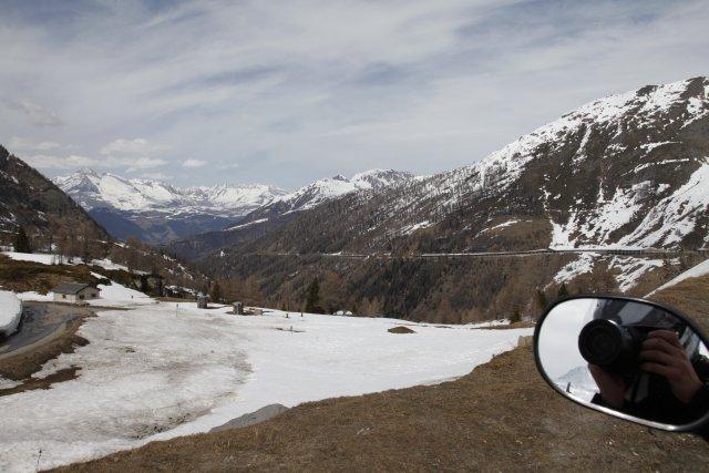 Simplon Pass (2010m). Der faule Fotograf nimmt nich mal den Helm zum Fotografieren ab...