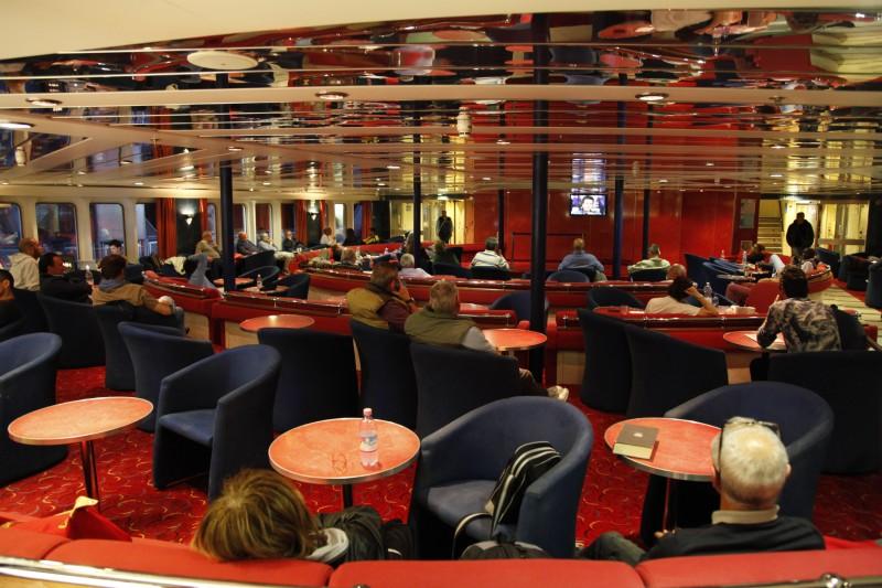 Die meisten Passagiere haben keine Kabine und liegen in allen Ecken auf dem Schiff herum