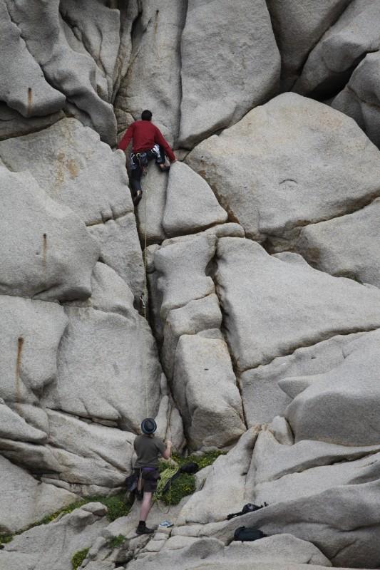 Leon und Tommy beim Klettern