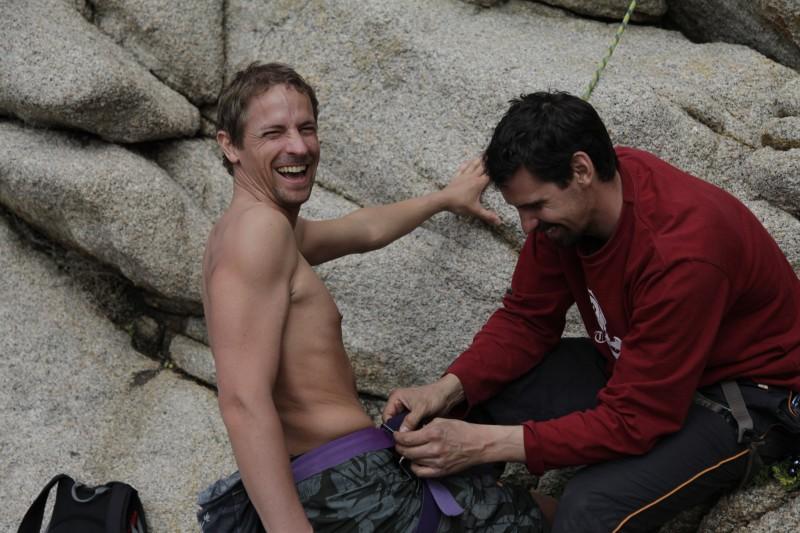 Leon hat eine komplette Kletterausrüstung dabei