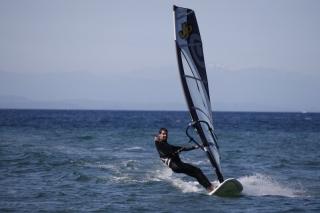 Leon beim Surfen. Im Hintergrund Corsika.